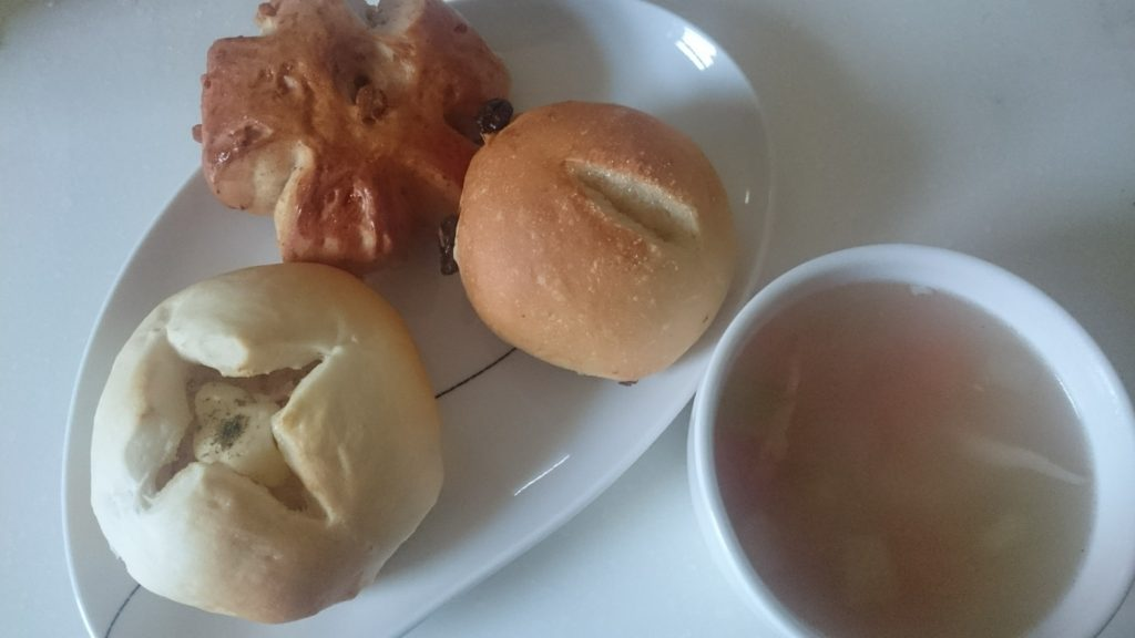 3種のパンと野菜スープ