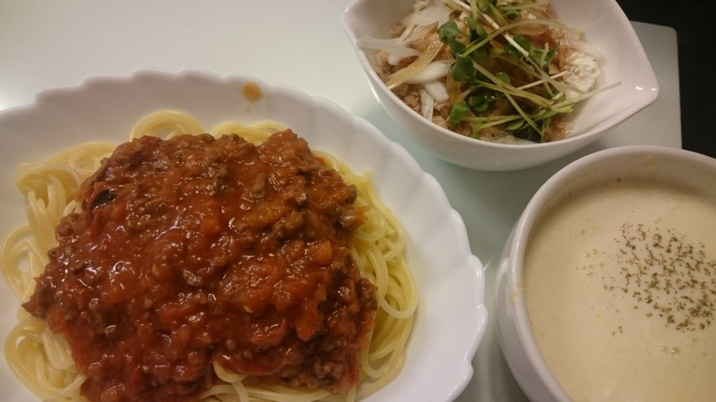 ミートソーススパゲティと自家製カッテージチーズのアボカドサラダ