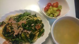 菜の花とベーコンのスパゲッティ+アボカドとミニトマトのサラダ