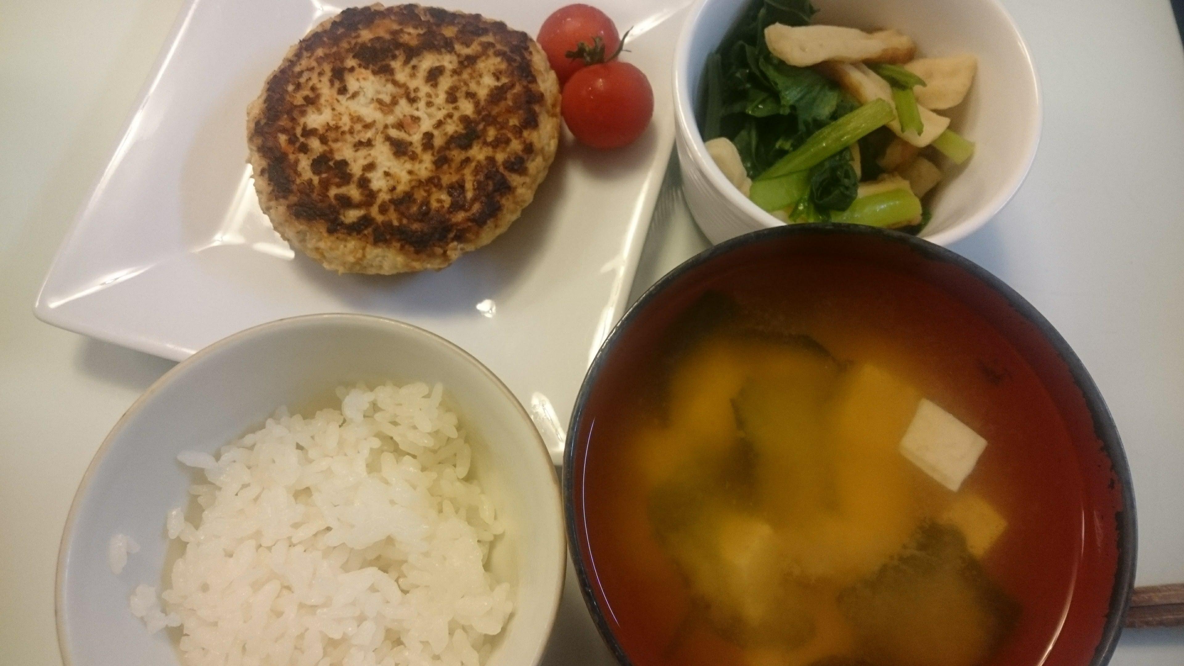 ハンバーグ+小松菜と油揚げのさっと煮