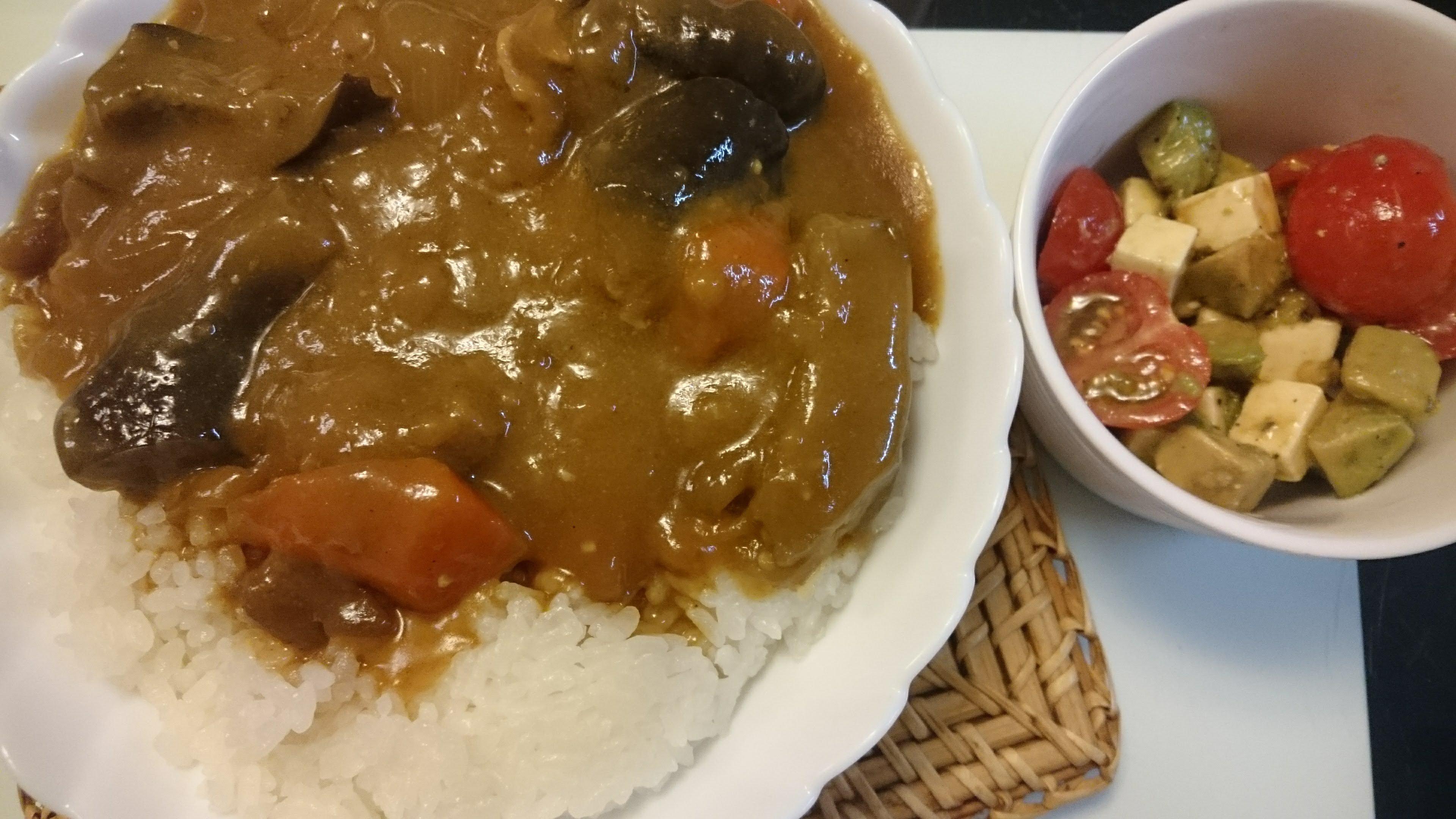 夏野菜カレー+アボカドとミニトマトのサラダ