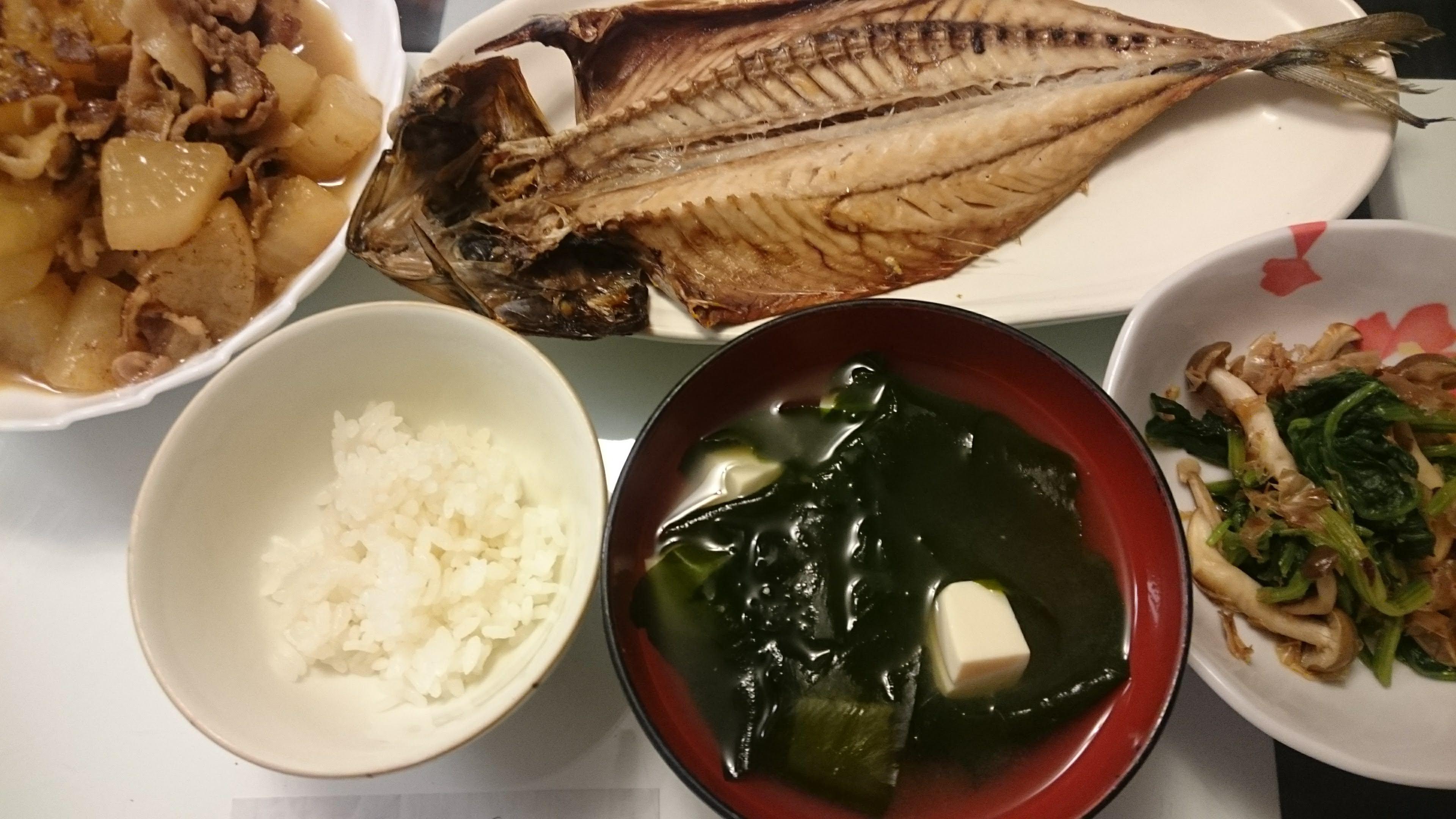 鯖の開き+大根と豚肉の煮物+ほうれん草としめじのおかか和え