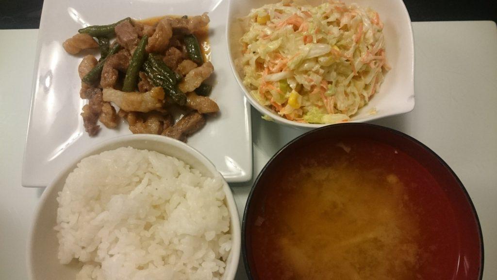 青椒肉絲+コールスローサラダ