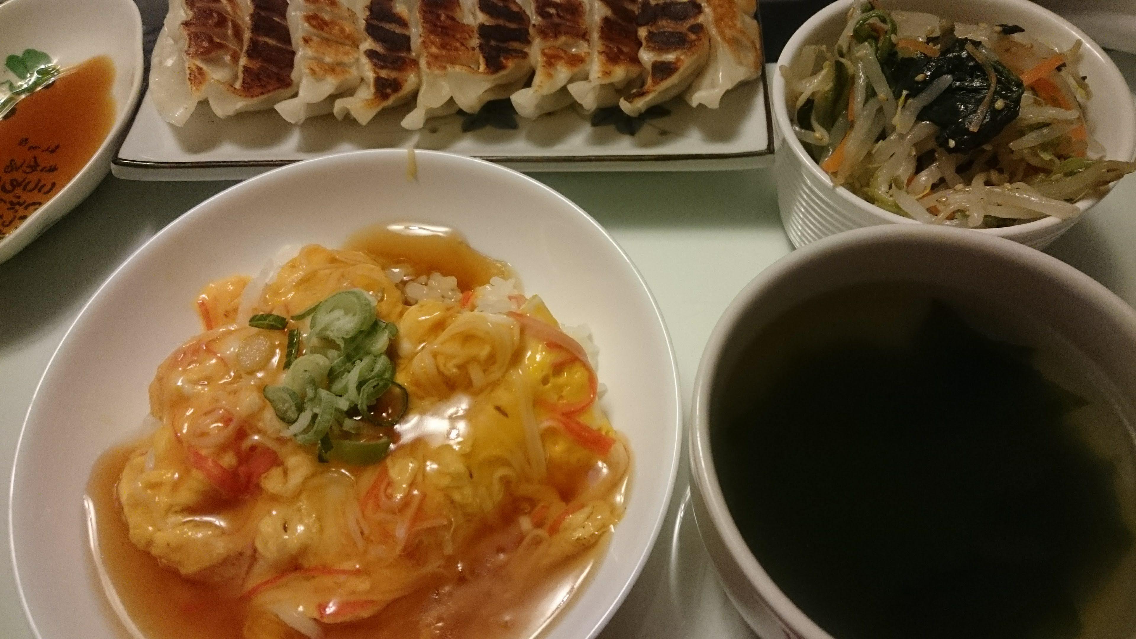 餃子+かにかま丼+もやしとほうれん草と人参のナムル