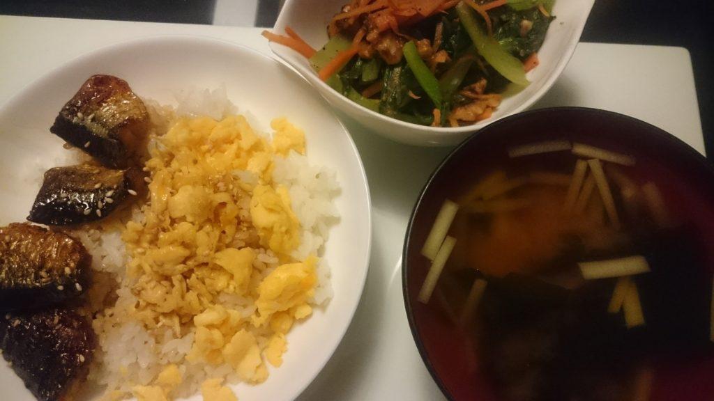 さんまの蒲焼丼+小松菜と人参のくるみ味噌和え