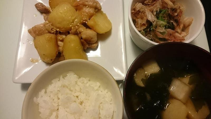 鶏もも肉とじゃが芋のごま味噌炒め+ほうれん草のおひたし