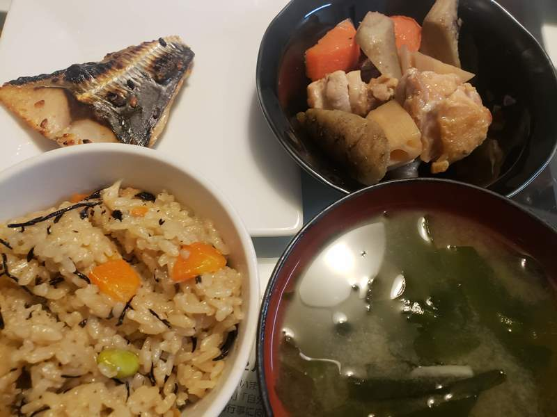 枝豆とひじきの炊き込みご飯+サバの麹漬け+鶏ももと根菜の煮物