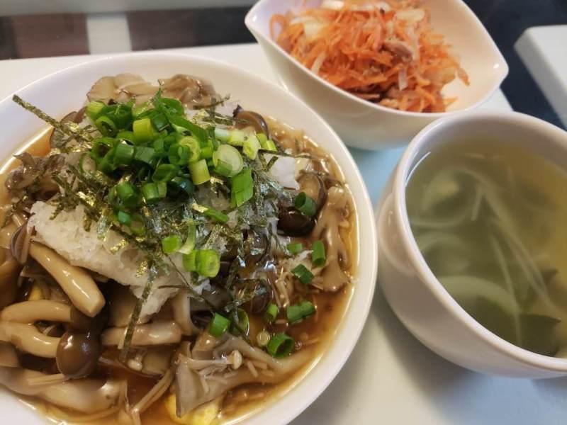 和風きのこおろしオムライス+人参とツナのサラダ