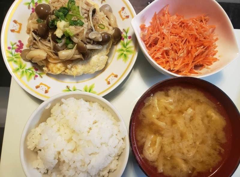 豆腐のきのこあんかけバーグ+人参とツナのサラダ