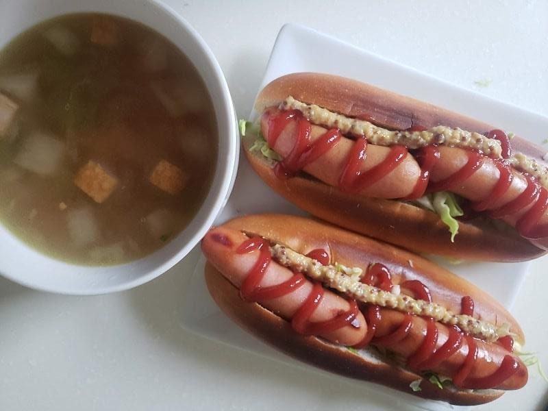 ホットドッグ+ベーコンと野菜のスープ