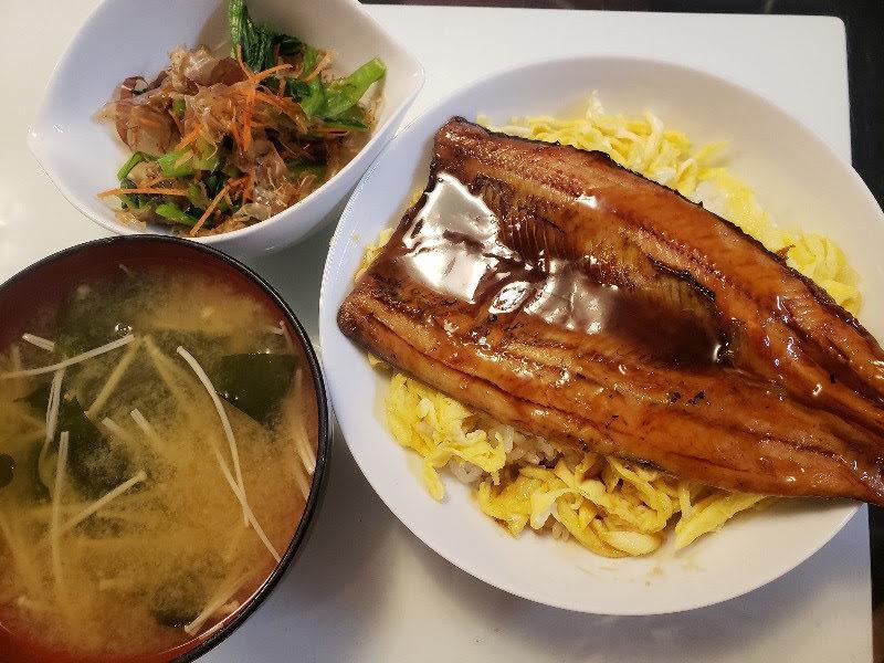 サンマの蒲焼丼+小松菜と人参のおひたし