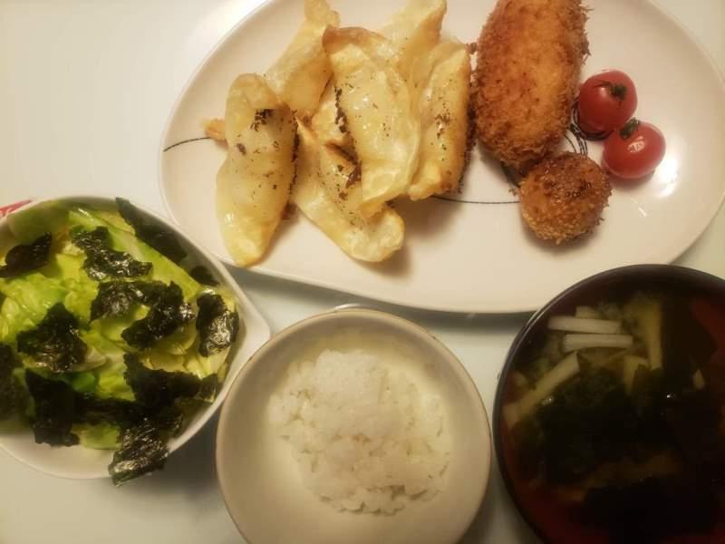 カニクリームコロッケとチーズポテト+キャベツのサラダ