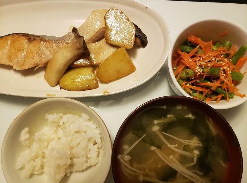 鮭とじゃがいものバター醤油焼き+人参といんげんのナムル