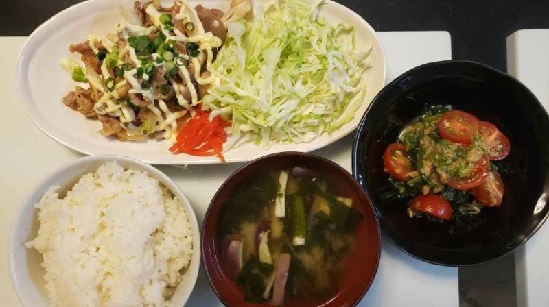 【4人分771円/20分】豚肉としめじのマヨネーズ炒め+ほうれん草とトマトのツナサラダ