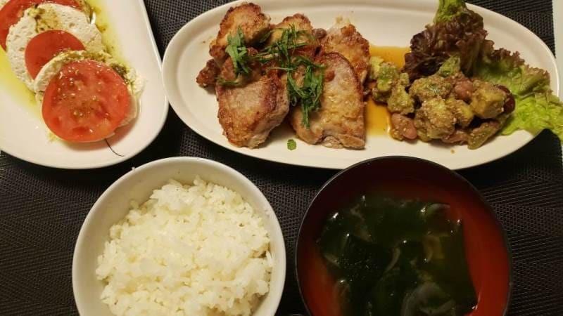 豚ヒレ肉の梅肉ソースがけ+ミックスビーンズとアボカドの胡麻サラダ+焼きヨーグルトのカプレーゼ