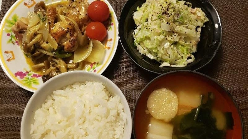 【4人分663円/20分】鶏もも肉としめじのカレー炒め+やみつきキャベツの同時調理レシピ