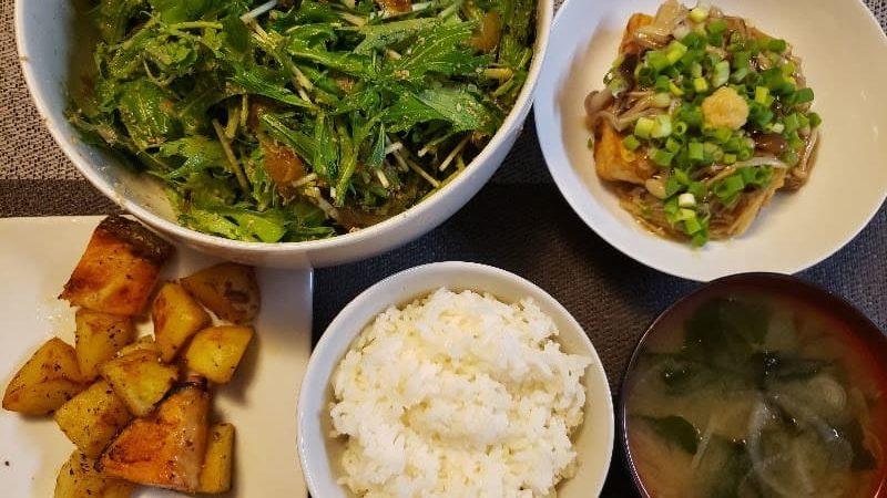 鮭とじゃがいものバター醤油炒め+厚揚げのきのこあんかけ+水菜のサラダ