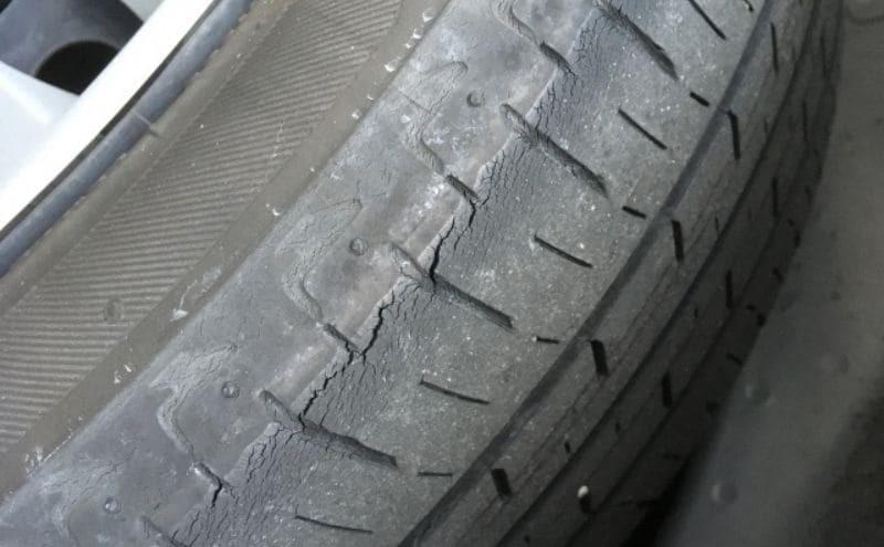 タイヤのひびわれ