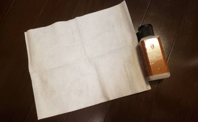 ニトリのロゾ4にプロテクションクリームを塗る