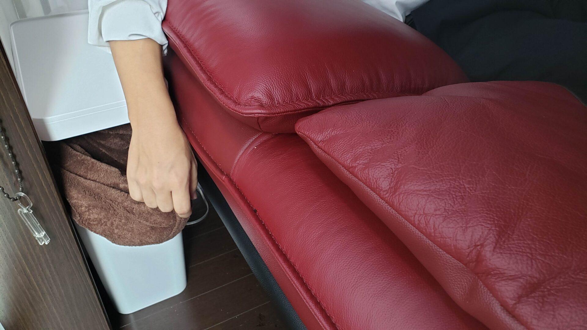ブランケットの収納付きソファサイドテーブル